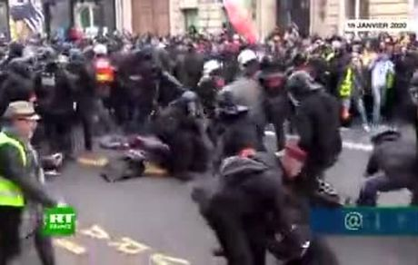 تصاویری جدیدی از برخورد خشونت آمیز نیروهای پلیس با معترضان
