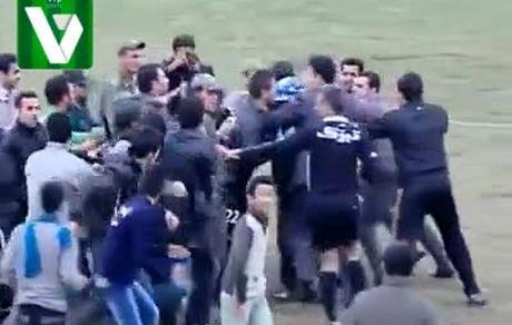 کتک زدن داور در لیگ فوتبال ایران
