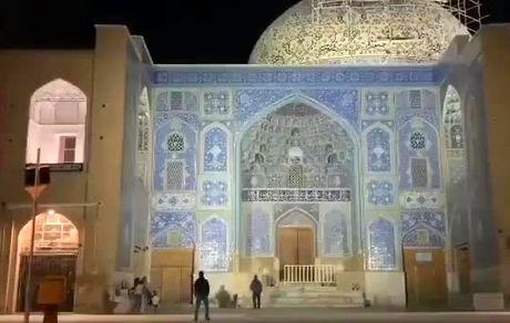 آسیب به آثار تاریخی: فوتبال بازی کردن در مسجد شیخ لطف الله