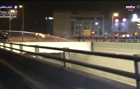 شلیک گاز اشک آور برای جلوگیری از حمله به مجلس
