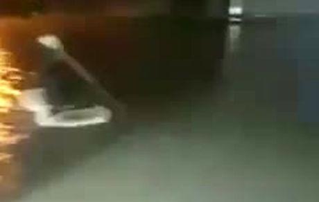 قایق سواری در خیابانهای اهواز بعد از بارش شدید باران!