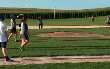 بیسبال بازی کردن برنی سندرز در آییوا