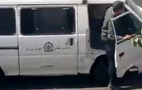 ویدئوی خشونت ماموران نیروی انتظامی در تهران در مقابل یک زن