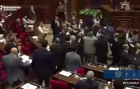 درگیری و زد و خورد نمایندگان و کشته شدن یک نماینده مجلس به ضرب گلوله